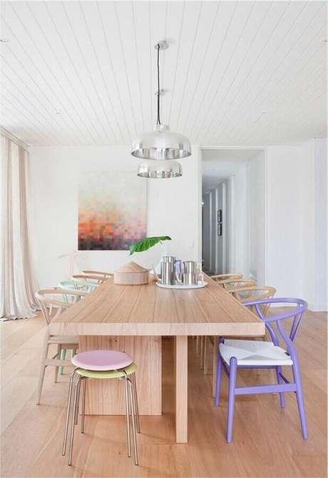 16. Cadeiras em candy colors para decoração com cores claras para sala de jantar – Foto: Jeito de Casa