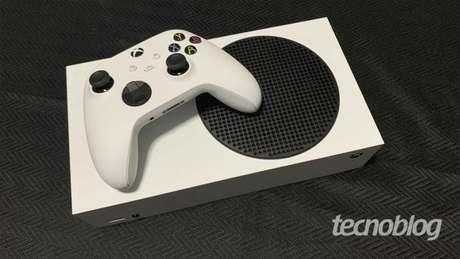 Xbox Series S e controle (Imagem: Felipe Vinha/Tecnoblog)