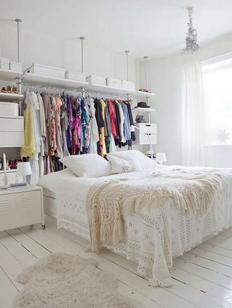 4. O closet atrás da cama fica organizado – Via: House Beautiful