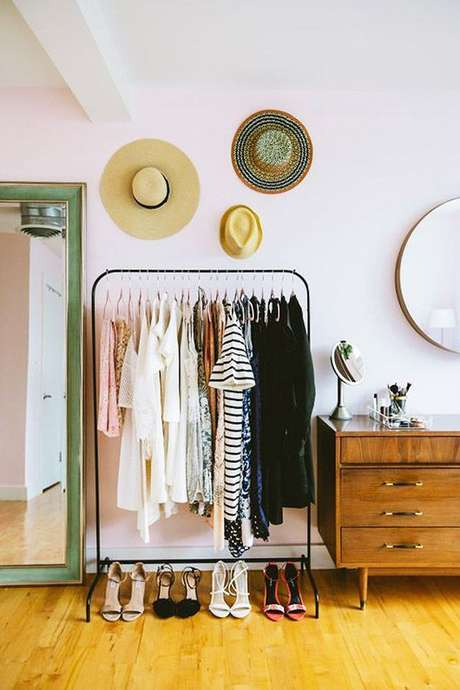 60. Quarto com closet simples – Via: SF Girl By Bay