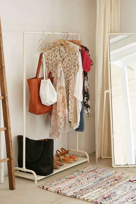 62. Closet simples no canto do quarto – Via: Urban Outfitters
