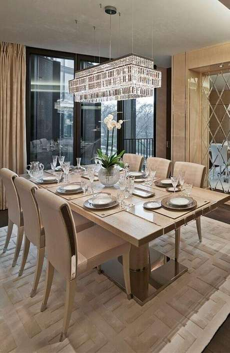 18. Cor bege clara para sala de jantar sofisticada decorada com lustre de cristal – Foto: Pinterest