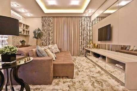 19. Cores claras para sala de TV decorada com sofá retrátil e tapete felpudo – Foto: Officio & Arte