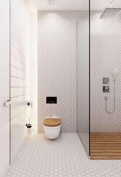 21. Cores claras de parede para banheiro minimalista com revestimento hexagonal – Foto: Behance