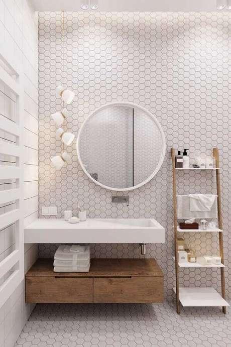22. Decoração moderna com revestimento hexagonal para banheiro com cores claras de parede – Foto: Pinterest