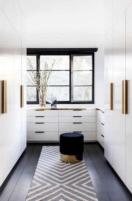 24. Cores claras para closet com detalhes em dourado – Foto: Behance