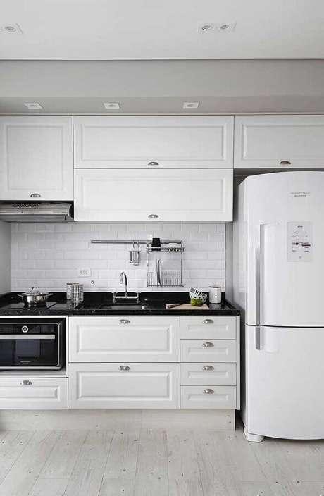 25. Cores claras para cozinha planejada com armários brancos com design vintage – Foto: Home Fashion Trend