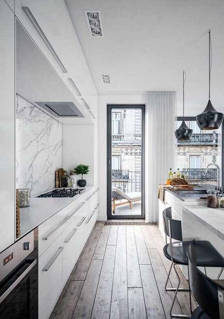 26. Cores claras para cozinha moderna decorada com revestimento de mármore e pendentes pretos – Foto: Archilovers