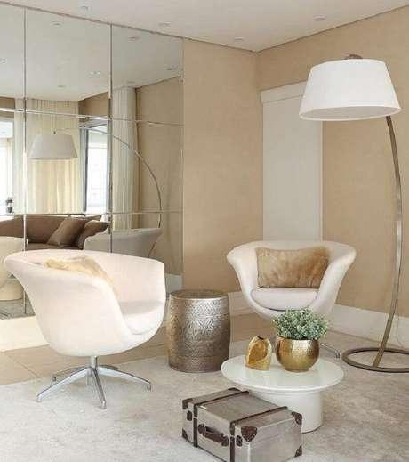 30. Cores claras de parede e móveis para hall de entrada sofisticado – Foto: Pinterest