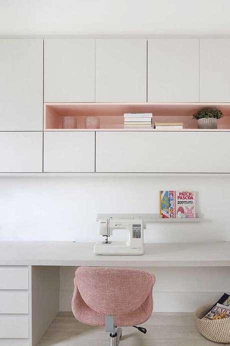 4. Delicadeza com os móveis brancos com detalhes cor de rosa para o home office em cores claras – Foto: Pinterest