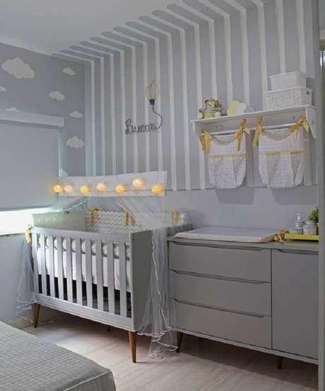 31. Cores claras para quarto de bebê cinza e branco decorado com papéis de parede diferentes – Foto: Arkpad