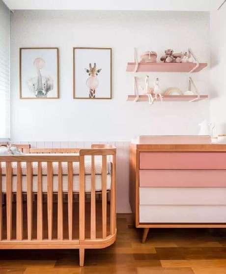 33. Cores claras para quarto de bebê branco e rosa com móveis de madeira – Foto: Pinterest