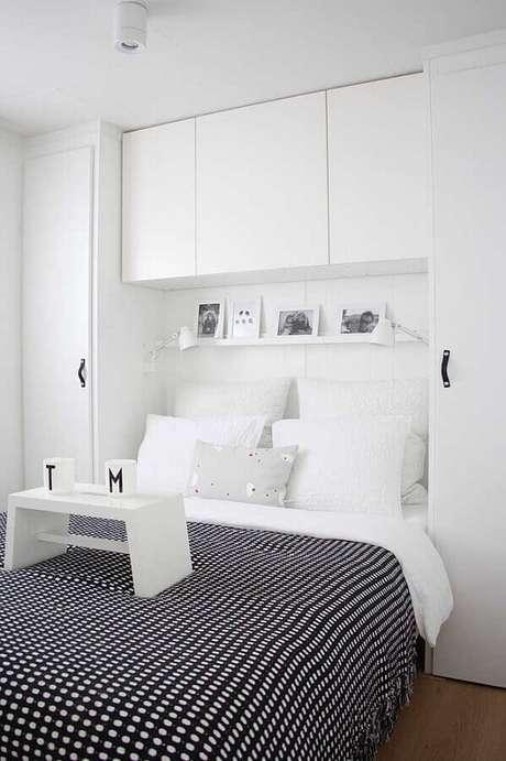 36. Cores claras para quarto de casal todo branco com jogo de cama preto estampado – Foto: Deavita