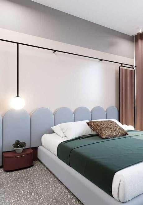 12. Cores claras para quarto de casal decorado com cabeceira azul pastel – Foto: Behance