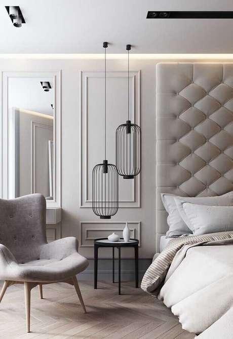 37. Cores claras para quarto de casal sofisticado decorado com cabeceira estofada e boiserie – Foto: Architonic