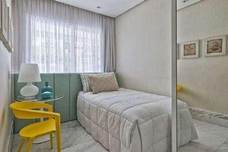38. Cores claras para quarto de solteiro decorado com cabeceira verde menta e cadeira amarela – Foto: Samara Barbosa