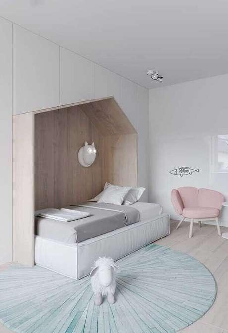 41. Cores claras para quarto infantil minimalista decorado com detalhes em tons pastéis e cama casinha – Foto: Pinterest