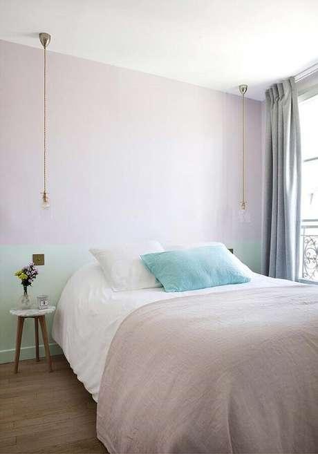 42. Tons pastéis para decoração de quarto minimalista com parede em duas cores – Foto: Lolafá