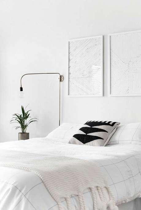 5. Cores claras para quarto minimalista todo branco – Foto: Homey Oh My
