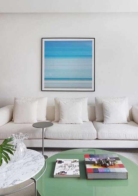 43. Cores claras para sala branca decorada com quadro azul – Foto: Jeito de Casa
