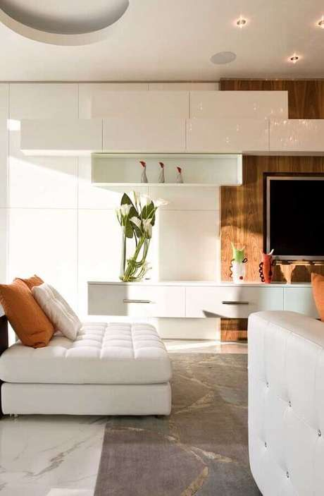 44. Cores claras para sala sofisticada decorada com painel de madeira para TV – Foto: Houzz
