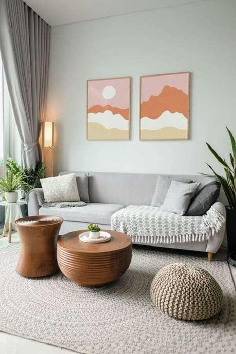 45. Cores claras para sala cinza decorada com quadros coloridos e parede verde menta – Foto: Etsy