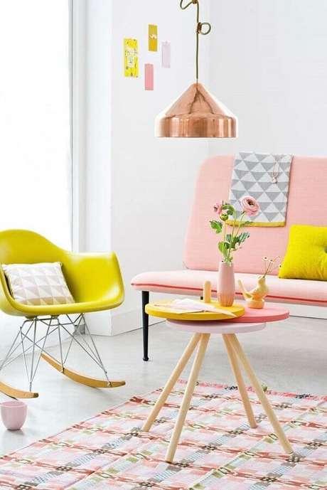 10. Os detalhes coloridos deixaram a sala em cores claras mais divertida – Foto: Apartment Therapy