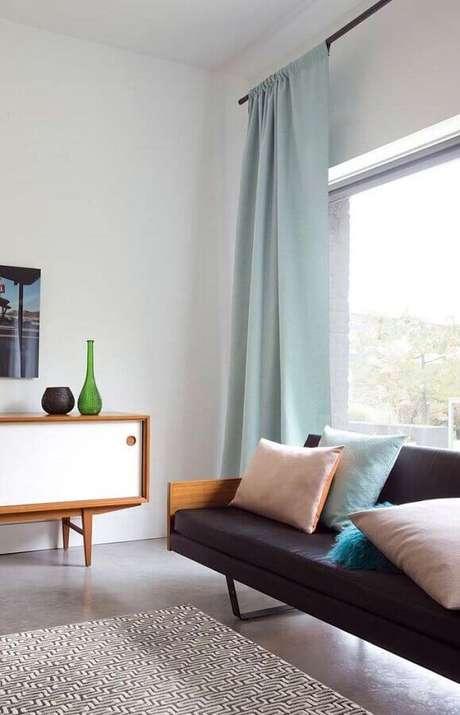 46. Cores claras para sala com sofá de couro e detalhes em tons pastéis – Foto: Pinterest