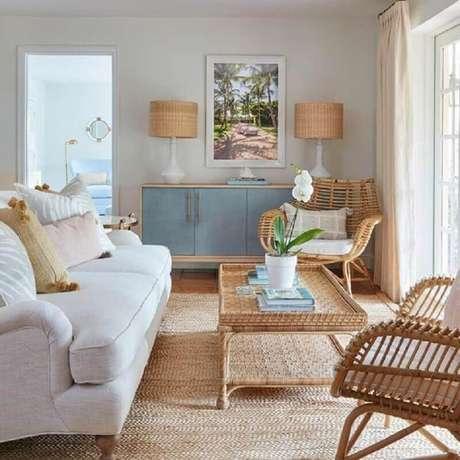 47. Cores claras para sala de estar com tapete sisal e móveis de fibras naturais – Foto: Living Gazette