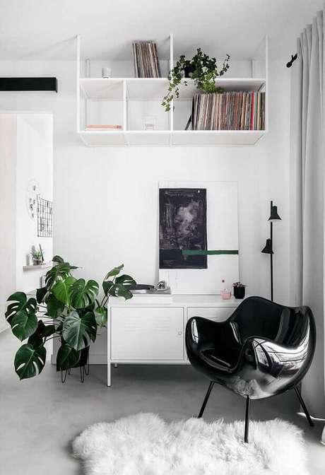 51. Decoração para sala branca com poltrona preta moderna – Foto: Casa de Valentina