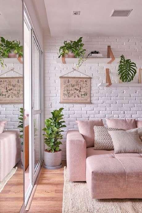 52. Sofá rosa e parede de tijolinho branco para decoração de sala em cores claras – Foto: Casa de Valentina