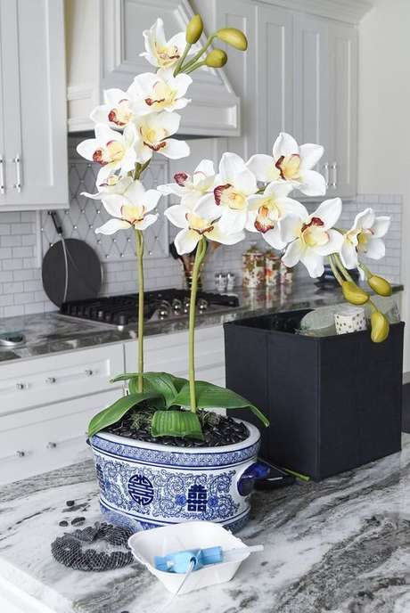 8. Cozinha decorada com vaso de orquídea – Via: Monica Want Sit