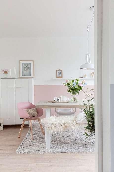 54. Cores claras para sala de jantar simples branca e rosa – Foto: Otimizi