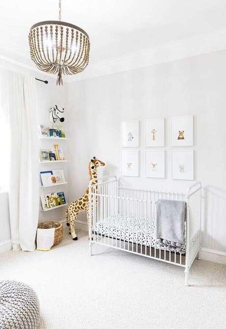 55. Decoração de quarto de bebê todo branco com girafa grande de pelúcia – Foto: Pinterest