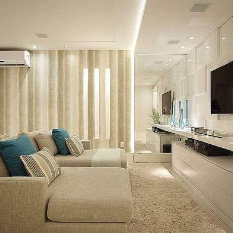 58. Decoração sofisticada com cor bege clara para sala de TV – Foto: Pinterest