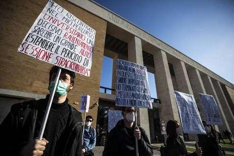 Estudantes protestam em Roma contra fechamento de escolas devido à pandemia do novo coronavírus