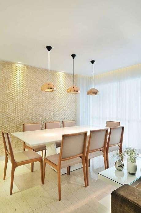 59. Cor bege claro para sala de jantar decorada com luminária rose gold e revestimento 3D – Foto: Pinterest