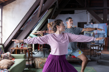 Maisa Silva como Vicenza e Eduardo Moscovis como Paco em Pai em Dobro
