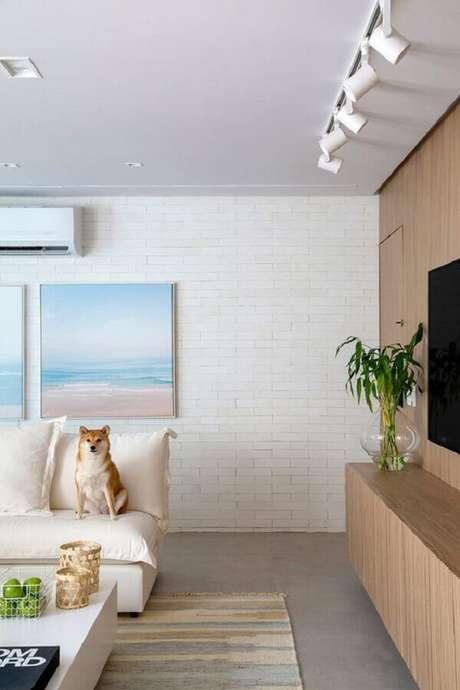 60. Quadros em cores suaves para decoração de sala em cores claras com parede de tijolinho – Foto: Casa de Valentina