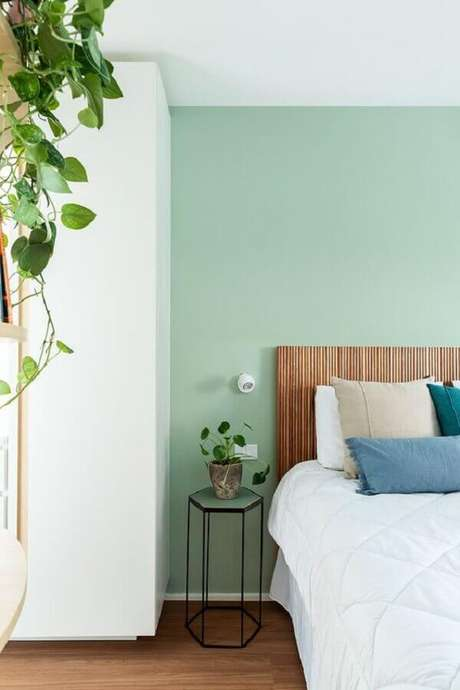 61. Verde menta para decoração em cores claras para quarto de casal simples – Foto: Estúdio Minke