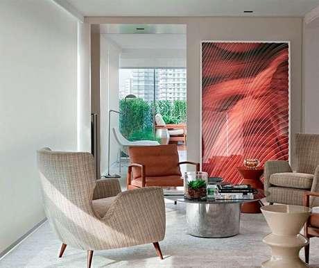 62. Quadro grande vermelho para decoração de sala em cor bege claro – Foto: Apolar Móveis