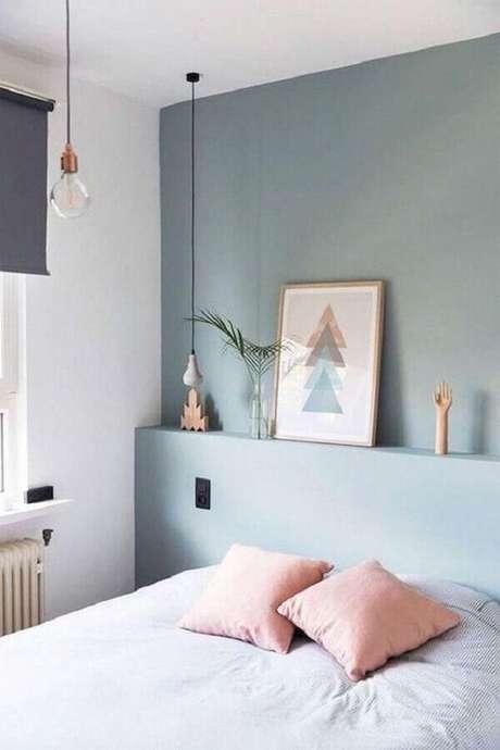 63. Parede azul pastel e almofadas cor de rosa claro para decoração de quarto em cores claras – Foto: Etsy