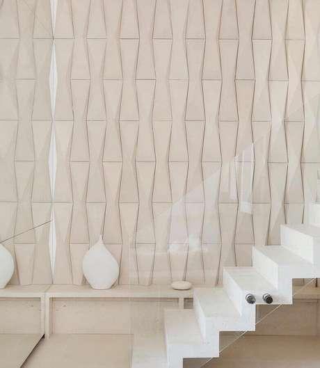 6. O revestimento 3D traz mais personalidade para a escada decorada em cores claras – Foto: Pinterest