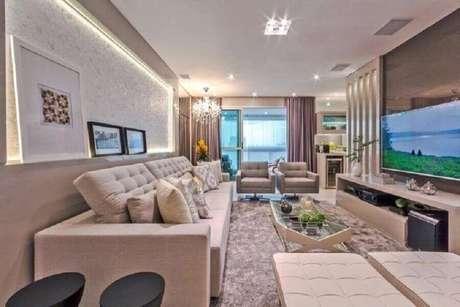 64. Cor bege claro para sala de TV planejada moderna com tapete felpudo – Foto: Mariane e Marilda Baptista
