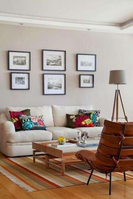 65. Almofadas coloridas e tapete listrado para decoração em cores claras para sala de estar – Foto: Homify