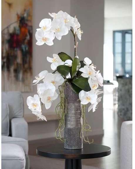 48. Vaso de orquídea branca para sala – Via: Pinterest