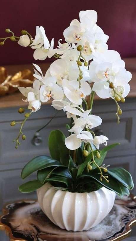 50. Vaso branco para orquídea – Via: Revista VD