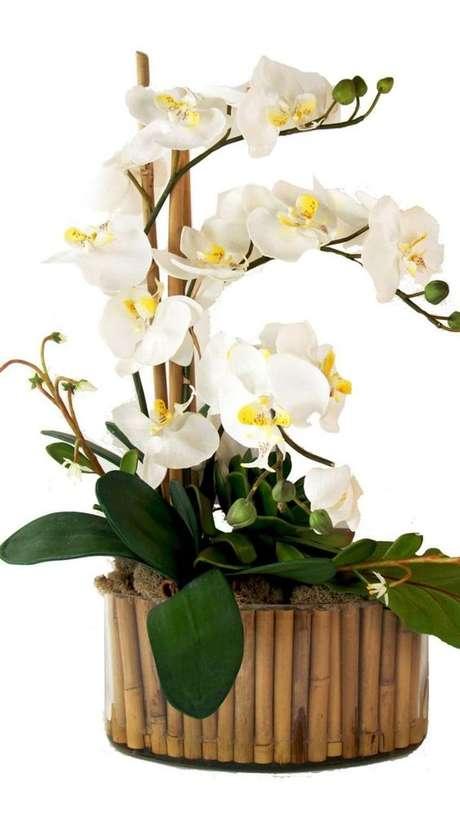 11. Vaso de madeira para orquídea branca – Via: Hotmart