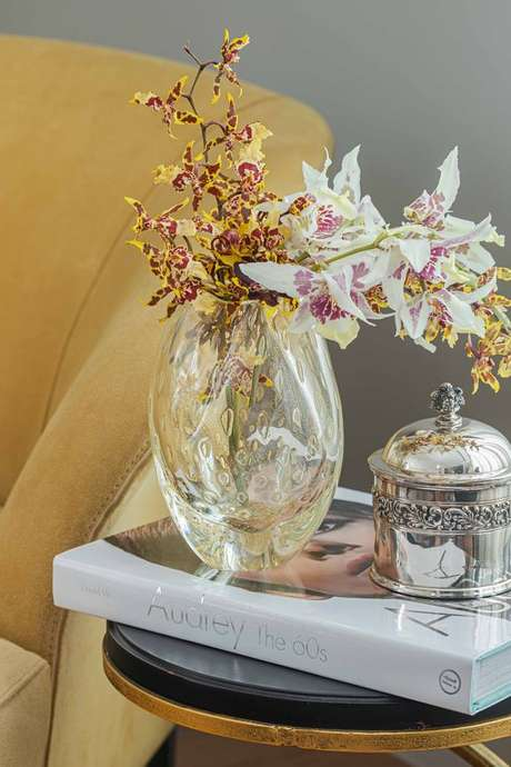 15. Vaso de orquídea de vidro para sala de estar sofisticada – Via: Cristais Cadoro