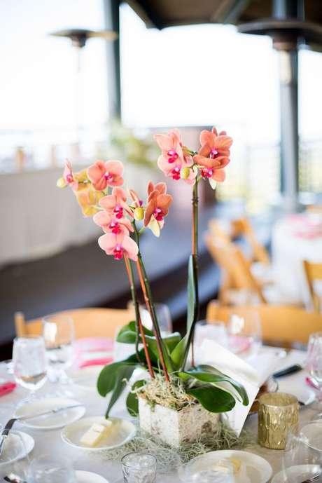 27. Mesa de jantar decorada com vaso de orquídea – Via: The Knot